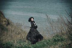 一个维多利亚女王时代的夫人的户外画象黑色的 库存照片