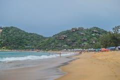 一个绿松石绿色海滩在莫桑比克, Ponta做Ouro海滩- 免版税库存照片