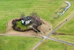 一个绿色域的之家 免版税库存照片