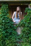 一个绿色大阳台的惊人的妇女在乡间别墅里 图库摄影