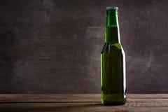 一个绿色瓶啤酒 免版税库存图片