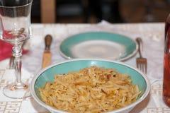 一个绿色碗填装了在一张服务的桌上的素食者秸杆 免版税库存照片