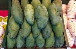 一个绿色芒果 库存图片