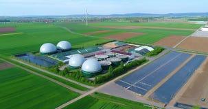一个绿色领域的,安全能量,绿色发电,可再造能源,生物气生产一棵现代植物 一现代 股票视频