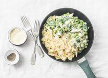 一个罐乳脂状的鸡菠菜和绿豆farfalle面团在平底锅在白色背景,顶视图 库存照片