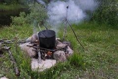 一个罐在火的食物 免版税库存图片
