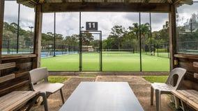 一个网球场的看法从球员的小屋的在法院旁边 免版税图库摄影