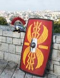 一个罗马军团的设备-盾、剑和盔甲在耶路撒冷背景  图库摄影