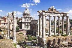 一个罗马论坛,罗马的废墟的看法与著名视域的 免版税库存照片