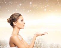 一个美丽和健康女孩的画象雪的 库存照片