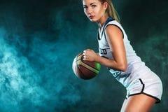 一个美丽和性感的女孩的画象有篮球的在演播室 概念查出的体育运动白色 图库摄影