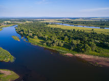 一个美丽如画的风景的空中俄国乡下在山和河中 免版税库存图片