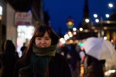 一个美丽的亚裔夫人在城市在晚上 库存图片