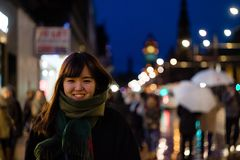 一个美丽的亚裔夫人在城市在晚上 库存照片
