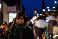 一个美丽的亚裔夫人在城市在晚上 免版税库存照片