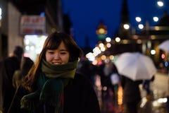 一个美丽的亚裔夫人在城市在晚上 免版税图库摄影