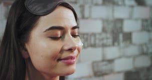 一个美丽的亚裔夫人的画象早晨以前去睡做眼罩到由更加新鲜她微笑大 股票视频