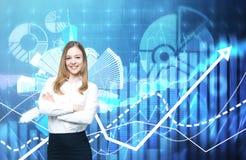 一个美丽的企业夫人用横渡的手提供金融服务 在背景的财政图 免版税库存图片