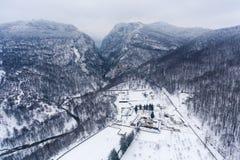 一个美丽的修道院的空中风景在冬天乡下风景设置了 免版税库存图片
