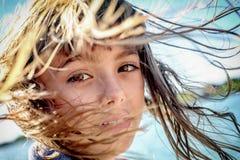 一个美丽的八岁的女孩的画象有风blowin的 图库摄影