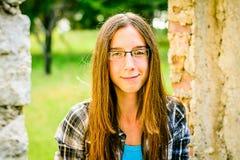 一个美丽的十几岁的女孩的画象在公园 免版税图库摄影