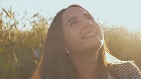 一个美丽的十几岁的女孩的画象在阳光下日落的 股票视频