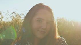 一个美丽的十几岁的女孩的画象在阳光下日落的 影视素材