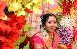 一个美丽的印地安害羞的新娘 免版税库存图片
