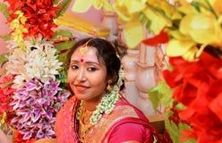一个美丽的印地安害羞的新娘 免版税库存照片