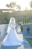 一个美丽的回教新娘的画象与在白色weddi组成 图库摄影