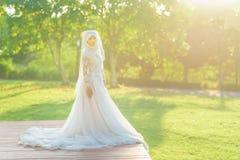 一个美丽的回教新娘的画象与在白色weddi组成 免版税库存图片