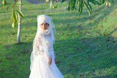 一个美丽的回教新娘的画象与在白色weddi组成 库存照片