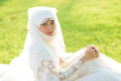 一个美丽的回教新娘的画象与在白色weddi组成 免版税库存照片