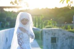 一个美丽的回教新娘的画象与在白色weddi组成 库存图片