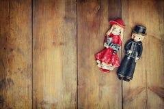 一个美丽的在木背景的葡萄酒老对玩偶 免版税库存照片