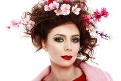 一个美丽的在头发的春天女孩佩带的花的画象 stu 免版税库存照片