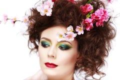 一个美丽的在头发的春天女孩佩带的花的画象 stu 免版税图库摄影