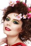 一个美丽的在头发的春天女孩佩带的花的画象 stu 图库摄影
