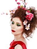 一个美丽的在头发的春天女孩佩带的花的画象 stu 库存照片