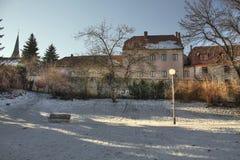 一个美丽的城市公园在冬天 免版税库存图片