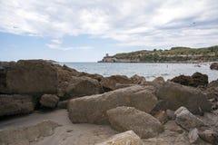 一个美丽的多岩石的海滩 库存图片