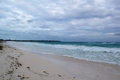 一个美丽的多岩石的海滩的看法与白色沙子的在古巴 图库摄影
