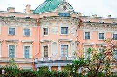 一个美丽的大厦的门面的片段在圣彼德堡 库存图片