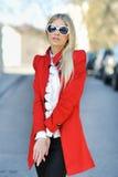 一个美丽的夫人的纵向红色佩带的太阳镜的 库存图片