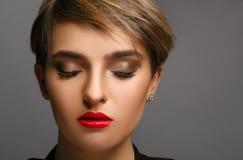 一个美丽的夫人的魅力画象有短发的和proffessional组成 免版税库存图片