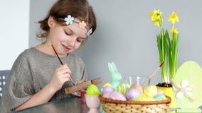 一个美丽的女孩画树胶水彩画颜料 愉快的复活节 为假日做准备,儿童` s创造性,复活节兔子,春天 股票录像