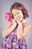 有一朵桃红色花的美丽的女孩在她的头发 库存照片