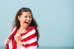 一个美丽的女孩的傲慢的笑声 免版税库存图片