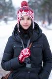 一个美丽的女孩的冬天画象在冬天公园 免版税图库摄影