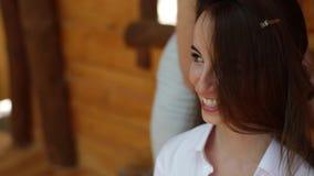一个美丽的女孩的发式专家定象头发 模型微笑着并且笑 在婚礼之前 关闭 股票视频